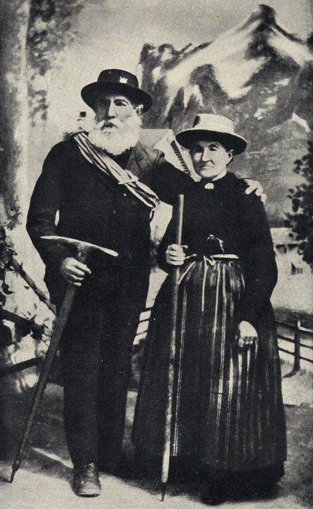 Швейцарский горный гид Almers, отметивший золотую свадьбу (на фоне Wetterhorn (1894 год).