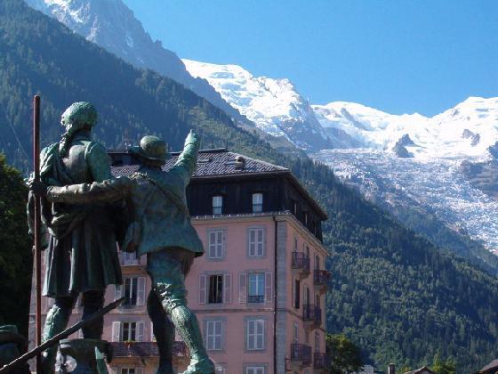 Памятник Horace-Benedict de Saussure и Jacques Balmat в Шамони