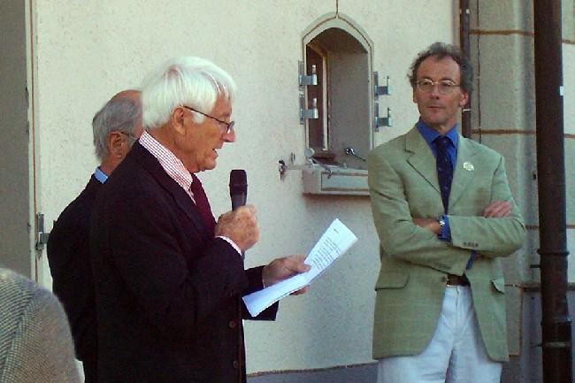 Вальтер Бонатти на вручении почетного членства в британском клубе альпинистов