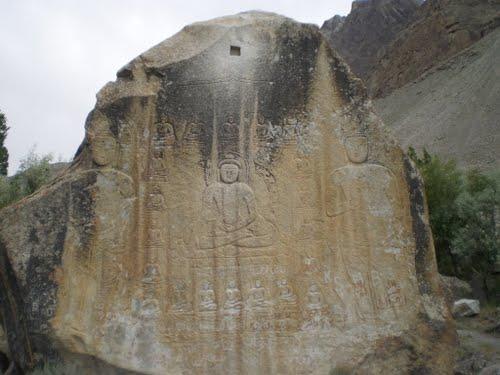 Изображение Будды на каменной стене близ Скарду