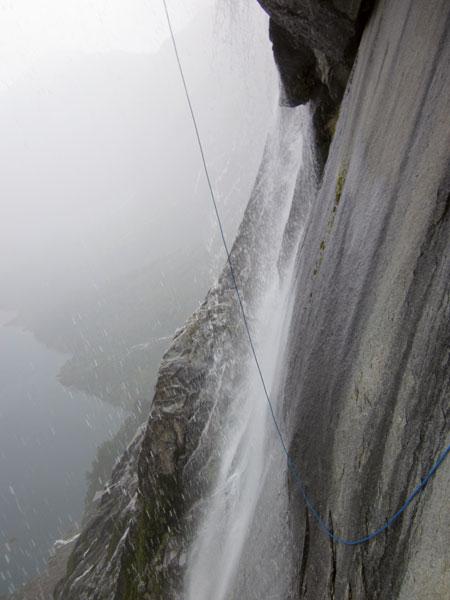 """Дождь на маршруте """"Espiadimonis"""" (VI A4 6б), 1300 метров в Патагонии"""