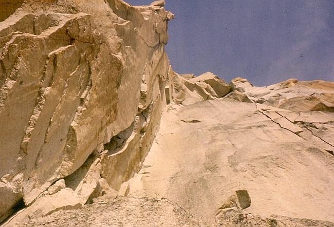 Самый сложный участок маршрута по Западному склону Пти-Дрю: 90 метровый внутренний угол. Фото 1970-г