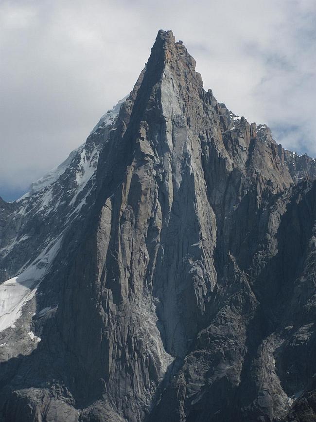 Западная стена Пти-Дрю (Petit Dru,  3754 м). Виден маятниковый переход и 90 метровый внутренний угол