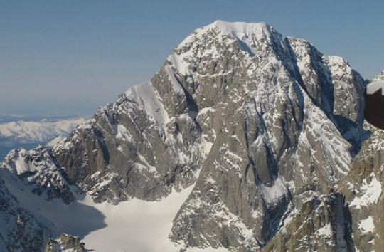 Гора Angel (2892м). Альпинисты поднялись по хребту слева. это был незавершенный маршрут 1967 года