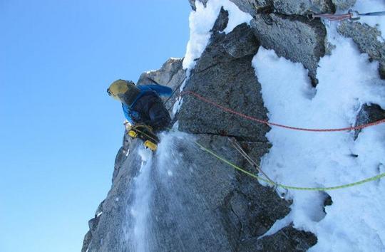 Бен Троки (Ben Trocki) идет первым номером на вершину горы  Angel (2892м)