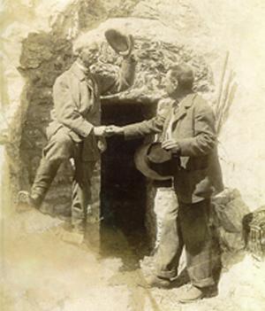 Генри Рассел и Beraldi в одной из своих пещер-хижин