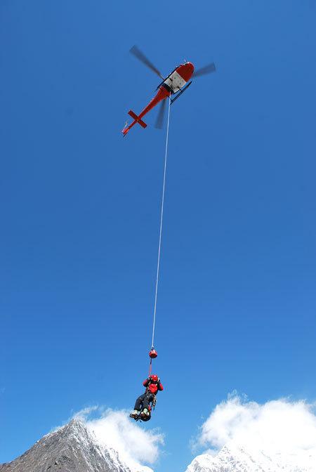 Спасательный вертолет в Гималаях. Фото из архива Симоне Моро