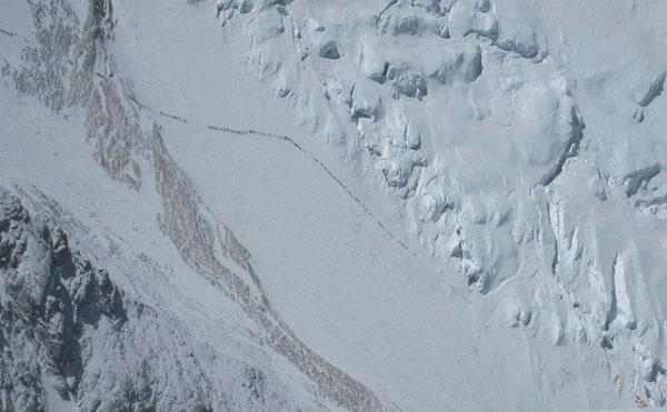 Очередь из более 200человек на Эвересте. Фото Ang Kaji Sherpa 24 мая 2012