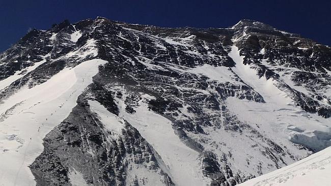 альпинисты на классическом маршруте на Северном склоне Эвереста. май 2012 года. фото Nacho Orviz
