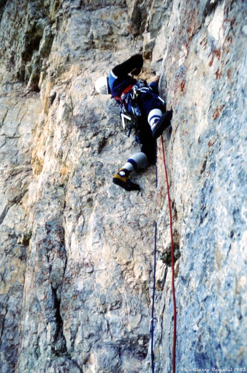 на маршруте Carlesso-Menti на Torre di Valgrande. прохождение сложного угла
