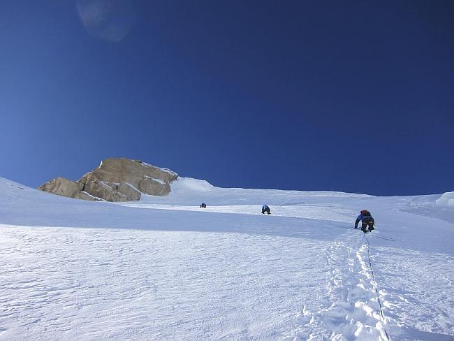 "Снежное поле на последних 100 метрах  на маршруте ""Theoreme de la Peine"" на Латок II"