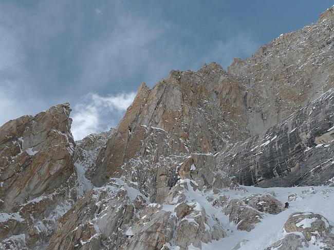 "прохождение рампы и вход в ледовый коридор на маршруте ""Theoreme de la Peine"" на Латок II"