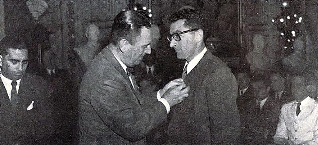 Президент Аргентины Хуан Домиинго Перон награждает Guido Magnone за покорения Фитц-Рой
