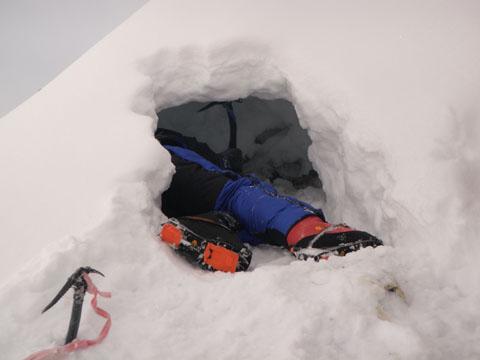 Сэнди Аллен (Sandy Allan) роет снежную пещеру для ночевки на склоне Нанга Парбат