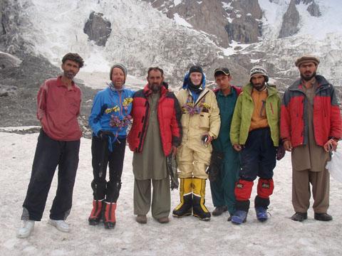 Сэнди Аллен и Рик Аллан (Sandy Allan, Rick Allen) в базовом лагере Нанга Парбат с пакистанцами