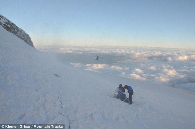 Спасработы на месте схода лавины склоне Мон-Моди (Monte Maudit, массив Монблан) 12 июля 2012 года