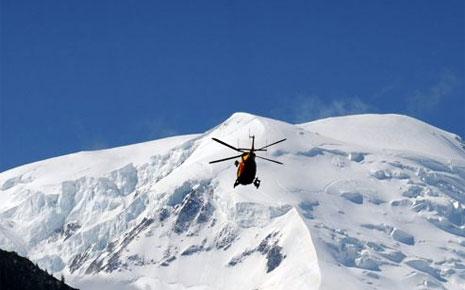 Вертолет спасателей на склоне  Мон-Моди (Monte Maudit, массив Монблан) 12 июля