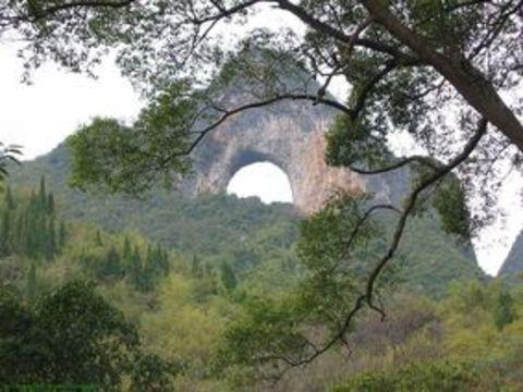 арка Moon Hill в Yangshuo (Китай)