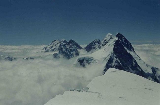 Броуд-пик и Гашербрумы над облаками (фото с 8000м)