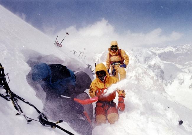 Лагерь 3 (7300м). откапывание палаток после снегопада