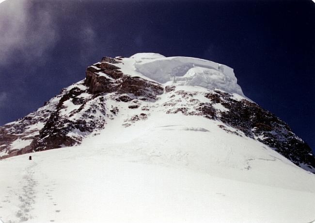 Вершинная башня К-2 с нависающим ледником