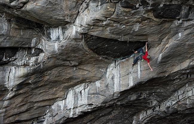 Адам Ондра (Adam Ondra) на маршруте Odin eye 8c+, в пещере Hanshelleren, Flatanger, Норвегия