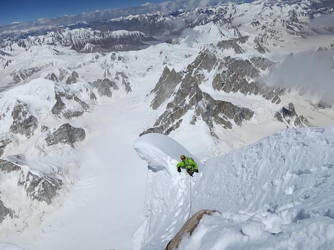 Фото с вершины Ogre. Hayden Kennedy перелазит через последний снежник