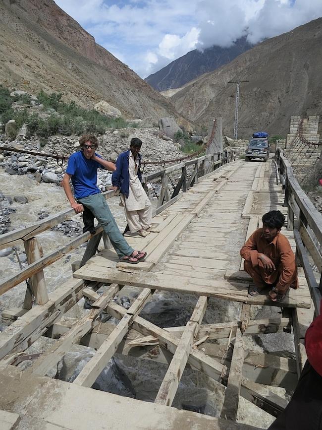 Hayden Kennedy и Kyle Dempster на пути к деревне Askoli. путь преграждает разрушенный мост