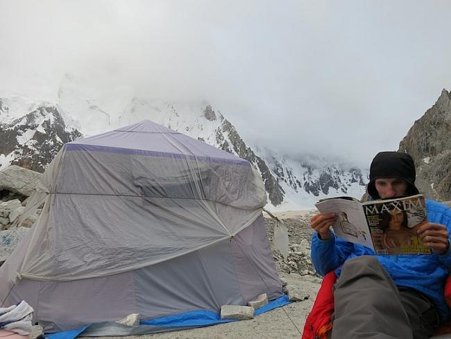 Что делать альпинисту когда на горе плохая погода? Оказывается в журналах интересные статьи!