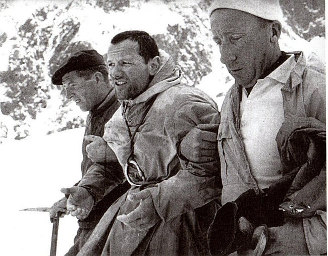 Спасатели ведут Пьера Мазо (Pierre Mazeaud) к хижине Гамба
