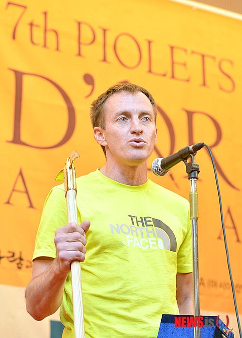 Золотой Ледоруб Азии 2012 года (Piolets D'Or Asia 2012).  Призер - Денис Урубко