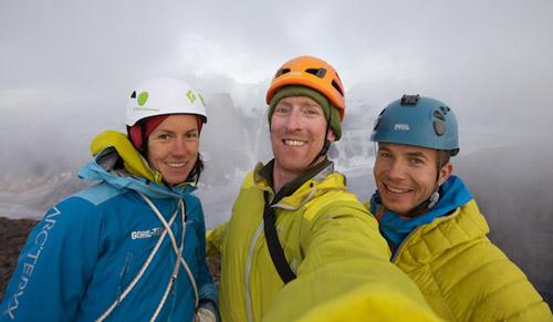 Инес Паперт, Джон Уолш и Джош Лавин на вершине горы Асгард .