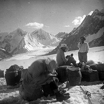 Фото из базовго лагеря К2. 1902 год. В середине -Алистер Кроули, начищает сапоги