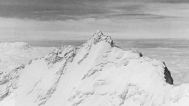Гангкхар Пуенсум (Gangkhar Puensum), вид с Liankang Kangri. Фото с отчета японской экспедиции 1999 г