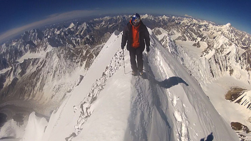 Давид Лама (David Lama) на вершине пика Chogolisa (7650м)