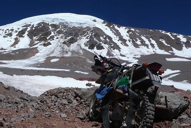 Подъезд на мотоцикле Maximo Kausch к вершине Olivares (6.220 м)