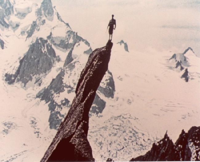 фото Гастона Реббуфа (Gaston Rébuffat) стоящий на вершине пика Aiguille de Roc