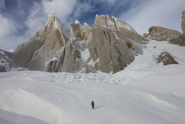 Cerro Torre слева, Torre Egger и Punta Herron в середине, и Серро Stanhardt справа