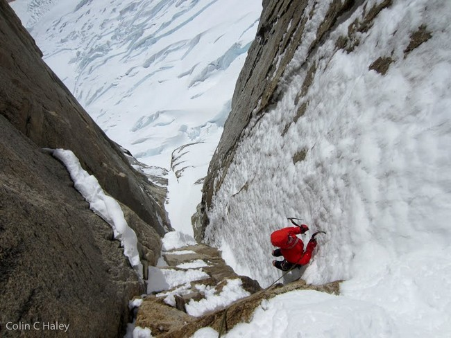"""Джон Волш (Jon Walsh) на второй веревке маршрута """"Tobogan"""" (Cerro Standhardt Патагония)"""