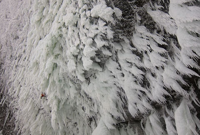 Найди ледолаза! :) на потрясающем ледопаде Helmcken Falls